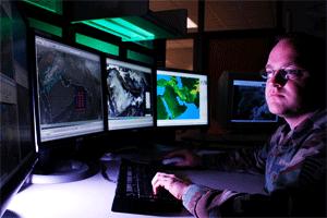 Мужчина у мониторов с метеорологическими данными