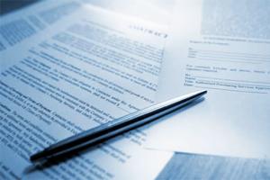 Ручка лежит на документах