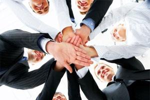 Менеджеры соединили руки