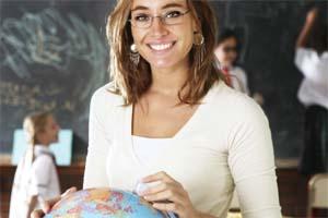 Молодая учительница в классе