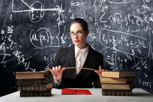 Учитель за столом с книгами