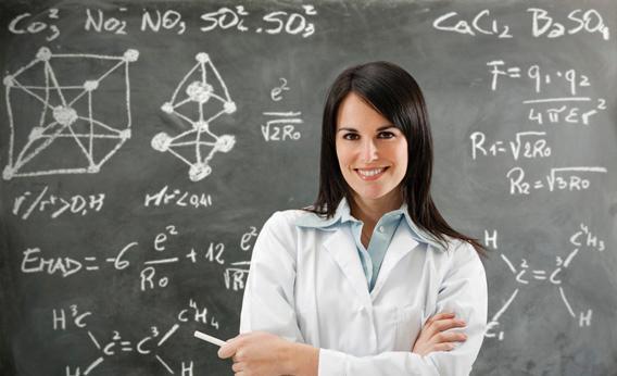 Учитель на фоне доски