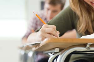 Студенты пишут задание