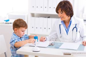 Дефектолог занимается с ребенком