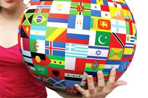 Девушка держит в руках глобус со странами