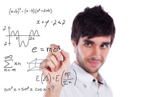 Мужчина пишет формулы