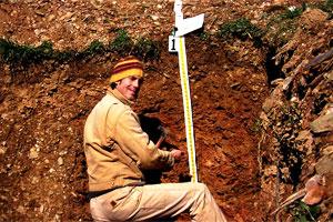 Специалист проводит замер почвенного слоя