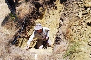 Мужчина проводит замер почвы